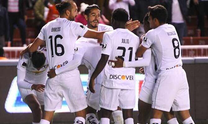 Los jugadores de LDU Quito celebran un gol. Conoce las cuotas del Bolivar vs Liga