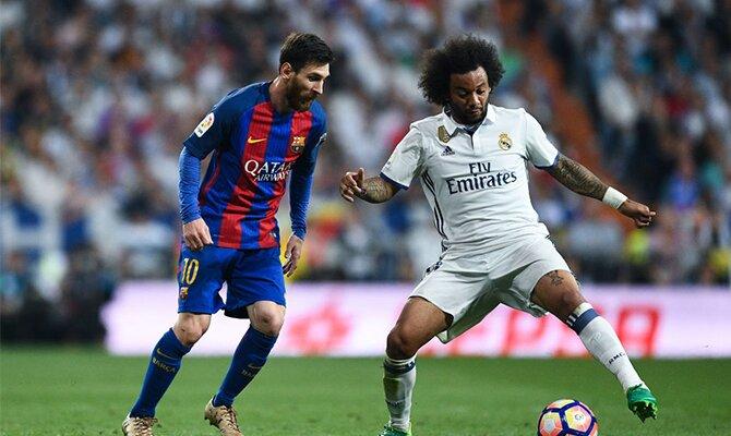 Messi (izquierda) trata de recuperar un balón ante Marcelo. Conoce los pronósticos del Real Madrid Vs Barcelona