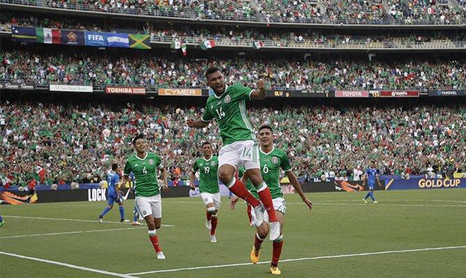 Jugadores de la selección de México celebran un gol. Conoce las cuotas del México vs Jamaica.