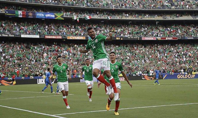 Jugadores del Tri celebran un gol. Conoce las cuotas del México vs Honduras.
