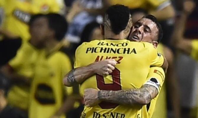 Jugadores del Barcelona SC se abrazan. Conoce las cuotas del Palmeiras vs Barcelona SC.