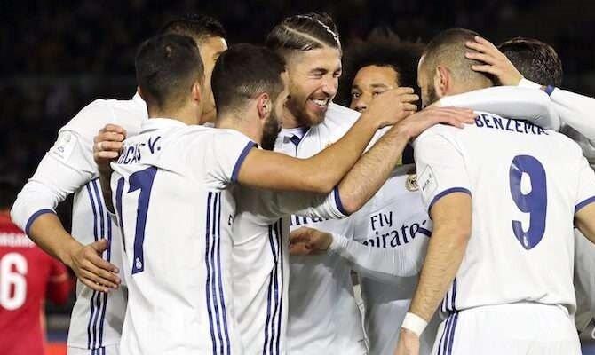 Benzema, Ramos y otros compañeros celebran un gol.