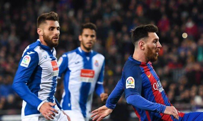 Messi (derecha) controla un balón. Conoce las cuotas del Barcelona vs Espanyol.