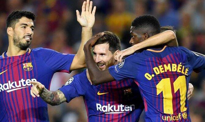Messi es abrazado por sus compañeros tras marcar. Conoce las cuotas del FC Barcelona vs Deportivo Alavés.