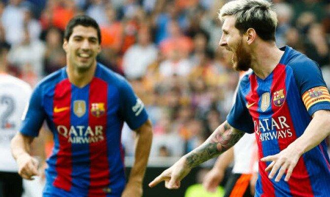 Luis Suárez (derecha) y Messi (izquierda) celebran un gol. Conoce las cuotas del Barcelona vs Málaga