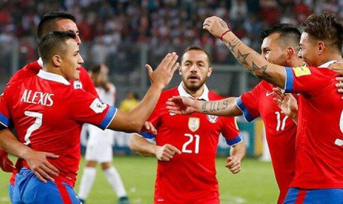Alexis Sánchez (izquierda) celebra un gol con compañeros de selección. Conoce las cuotas del Chile vs Ecuador.
