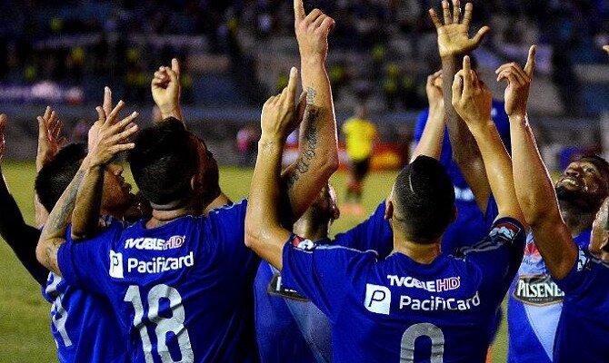 Los jadores de Emelec celebran señalando al cielo. Mira las cuotas del Deportivo Macará vs CS Emelec