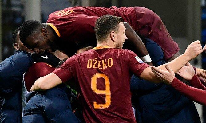 Dzeko y otros jugadores celebran un gol. Conoce las cuotas del Chelsea FC vs AS Roma.