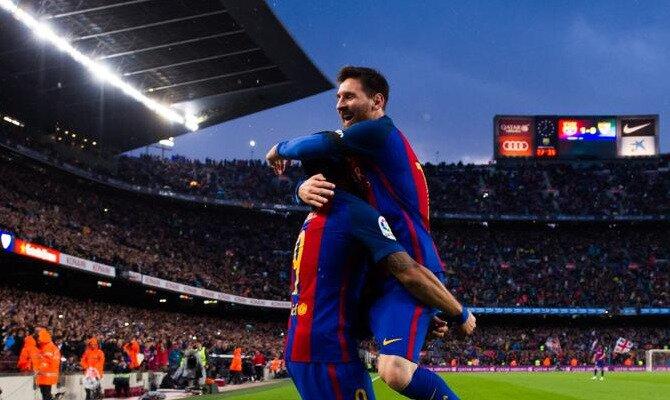 Messi salta para abrazar a un compañero. Conoce las cuotas del FC Barcelona vs Sevilla FC.
