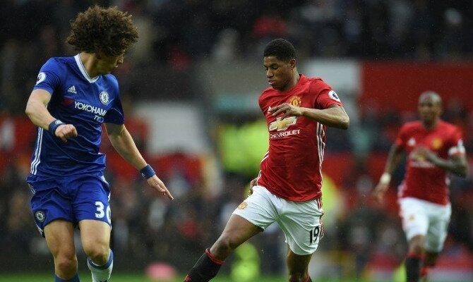 Rashford controla un balón. Conoce las cuotas del Chelsea vs Manchester United.