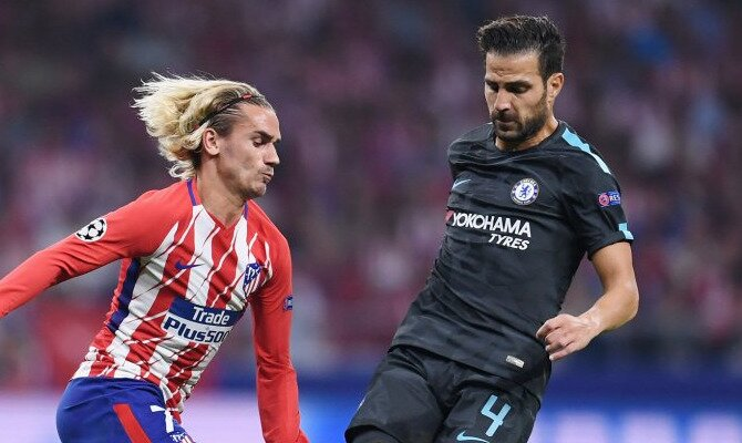 Griezmann y Fábregas disputan un balón. Conoce las cuotas del Chelsea FC vs Atlético de Madrid.
