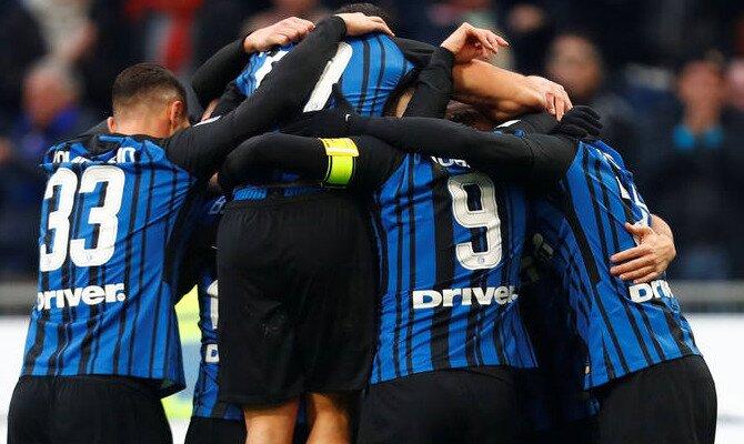 Jugadores del Inter se agolpan ceelgrando un gol. Conoce las cuotas del Juventus vs Inter de Milán.
