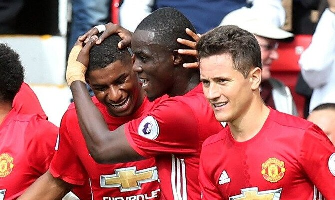 Rashford es felicitado por sus cumpañeros. Conoce las cuotas del Manchester United vs Burnley.