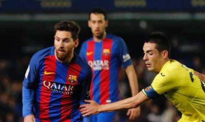 Messi (izquierda) trata de desmarcarse ante un jugador del Villarreal. Conoce las cuotas del Villarreal Vs Barcelona.