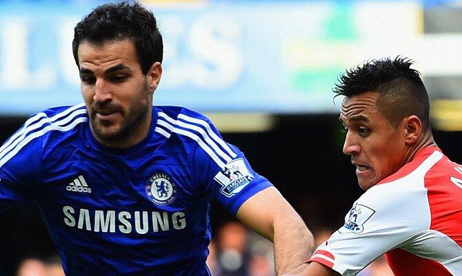 Cesc Fábregas (izquierda) y Alexis sánchez (derecha) en un partido. Conoce las cuotas del Chelsea FC vs Arsenal FC.