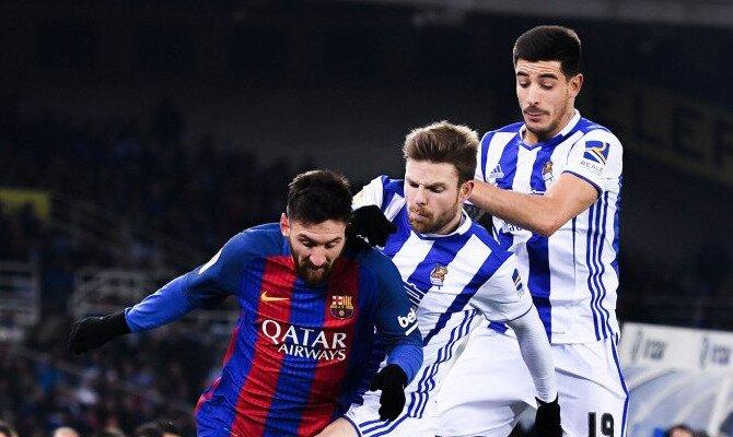 Messi (derecha) trata de regatear a Illarramendi. Conoce las cuotas del Real Sociedad vs Barcelona.