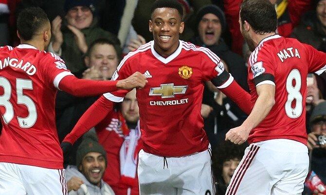 Anthony Martial (centro) celebra un gol. Conoce las cuotas del Manchester United vs Stoke City.