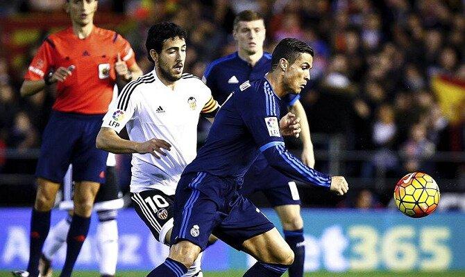 Cristiano Ronaldo (derecha) controla un balón ante Dani Parejo. Conoce las cuotas del Valencia Vs Real Madrid.