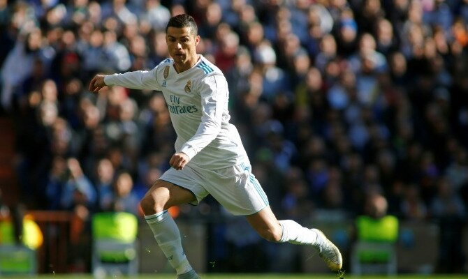 Cristiano Ronaldo se desmarca por un balón. Conoce las cuotas del Real Madrid Vs Deportivo