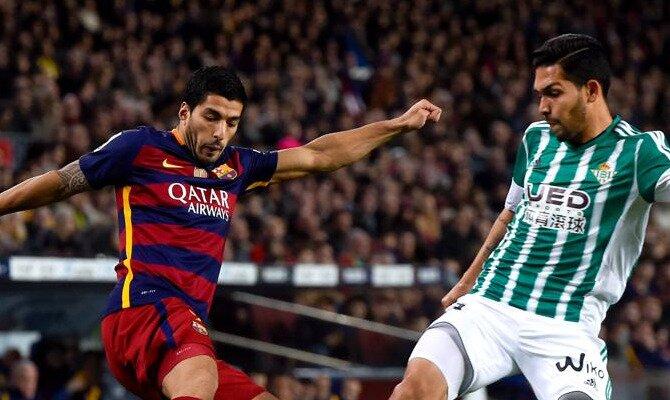 Luis Suárez regatea a un defensa del Betis. Conoce las cuotas del Betis vs Barcelona.