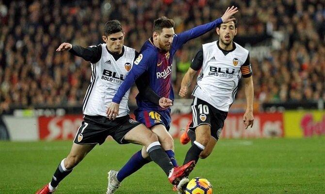Messi (centro) lucha por un balón con Guedes. Conoce las cuotas del FC Barcelona vs Valencia CF.