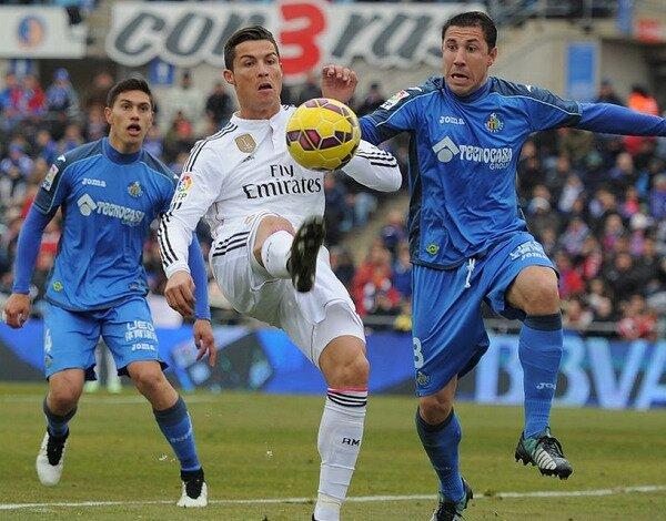 Cristiano Ronaldo controla un balón ante los azulones. Conoce las cuotas del Real Madrid vs Getafe