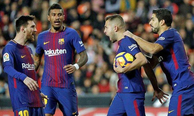 Jordi Alba (centro) busca a Messi para celebrar un gol. Conoce las cuotas del Valencia vs Barcelona.