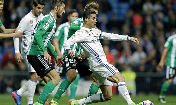 Cristiano Ronaldo perseguido por jugadores del Betis. Conoce las cuotas del Betis vs Real Madrid