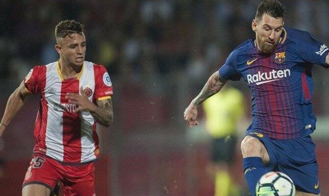 Messi (derecha) corre perseguido por un jugador del Girona. Conoce los pronósticos del Barcelona Vs Girona.