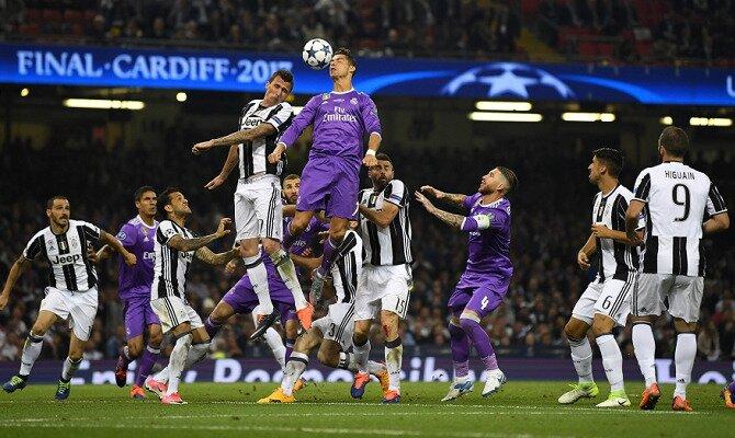 Cristiano y Mandukic saltan por un balón. Conoce las cuotas del Juventus vs Real Madrid.