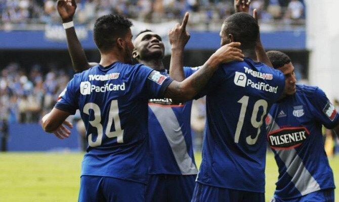 Jugadores de Emelec celebrán un gol apuntando con sus dedos al cielo. Mira los pronósticos del Delfín SC vs Barcelona SC