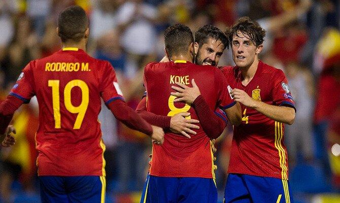 Isco y Koke se abrazan para celebrar un gol. Conoce las cuotas del Alemania vs España.
