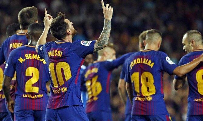 Messi señala al cielo tras anotar un gol. Conoce las cuotas del FC Barcelona vs Chelsea FC.