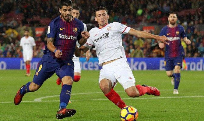 Luis Suárez (derecha) y Lenglet (izquierda) disputan un balón. Conoce las cuotas del Sevilla vs Barcelona