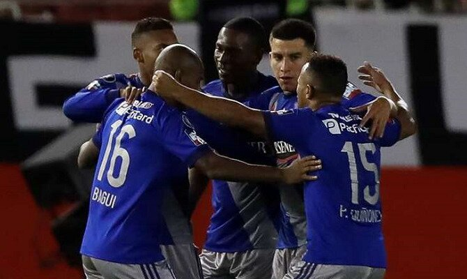 Jugadores del Emelec se abrazan para celebrar un gol. Conoce los pronósticos del CS Emelec Vs Flamengo.
