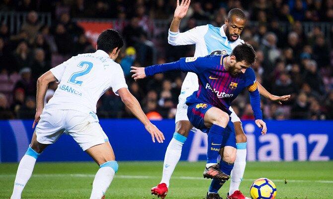 Messi controla el balón entre 2 jugadores del Deportivo. Conoce los pronósticos del Deportivo de la Coruña Vs Barcelona