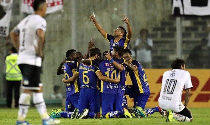 Los jugadores de Delfin celebran un gol. Conoce las cuotas del Delfín SC vs Colo Colo.