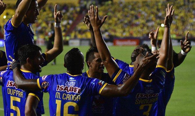 Los jugadores de Delfín celebran un gol. Conoce las cuotas del Colo Colo vs Delfín SC.
