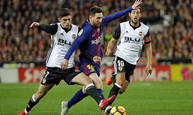 Messi (centro) trata de esquivar una entrada de Guedes. Conoce las cuotas del Barcelona Vs Valencia.