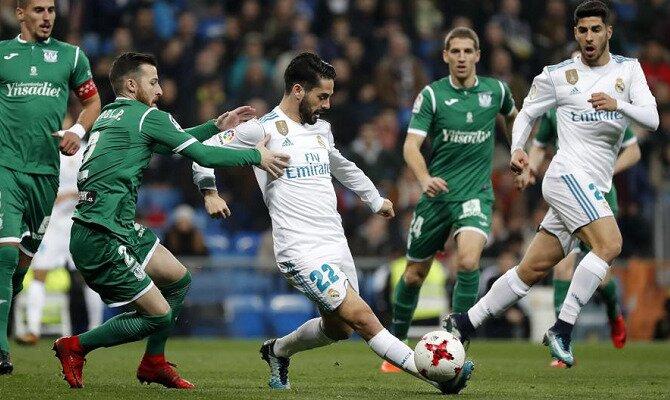 Isco controla un balón ante jugadores del Lega. Conoce las cuotas del Real Madrid CF vs CD Leganés.