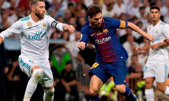 Messi controla un balón ante Sergio Ramos. Conoce las cuotas del FC Barcelona vs Real Madrid CF