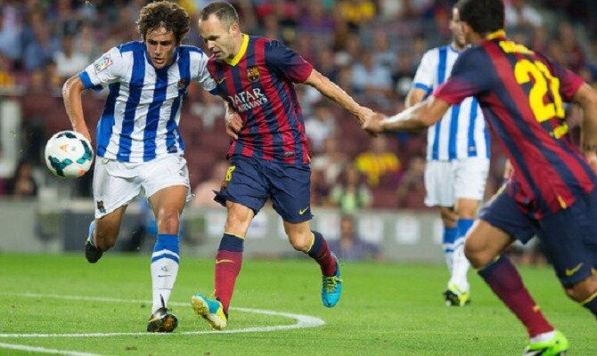 Iniesta (centro) disputa un balón. Conoce las cuotas del FC Barcelona vs Real Sociedad