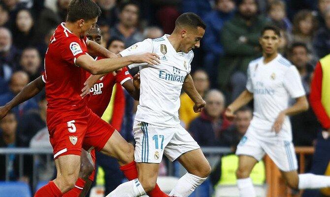 Lucas Vázquez trata de proteger un balón. Conoce las cuotas del Sevilla vs Real Madrid.