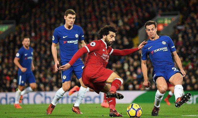 Salah y Azpilicueta disputan un balón. Conoce las cuotas del Chelsea FC vs Liverpool FC.