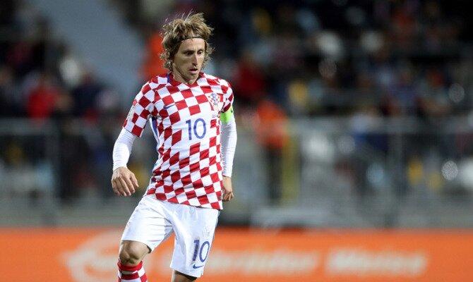 Modric controla un balón. El jugador es clave en las cuotas del Croacia vs Dinamarca.