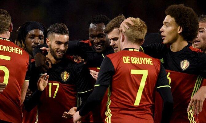 Carrasco, De Bruyne, Lukaku y otros jugadores de Bélgica se abrazan. Conoce los pronósticos del Bélgica Vs Panamá.