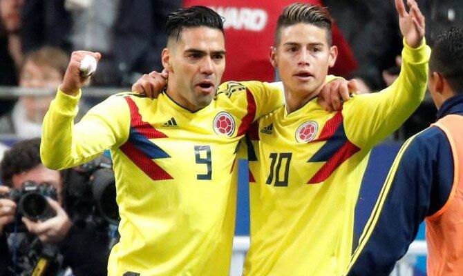 Falcao y James se abrazan para celebrar un gol. Conoce las cuotas del Colombia vs Japón.