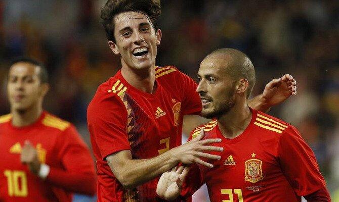 David Silva (derecha) y Odriozola celebran un gol. Conoce las cuotas del Portugal vs España.