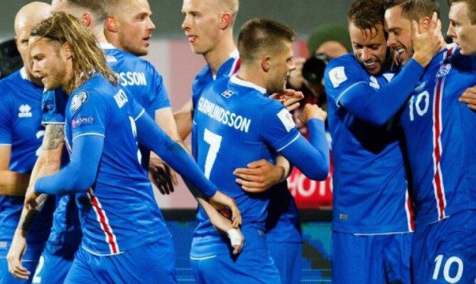 Jugadores de Islandia se abrazan. Conoce las cuotas del Argentina vs Islandia.