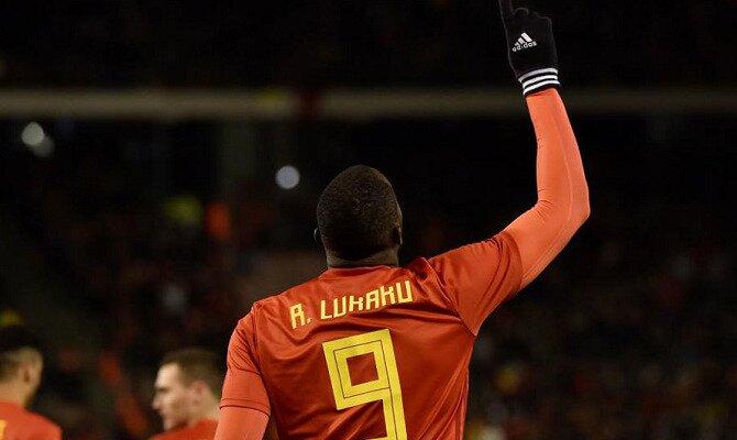 Lukaku señala al cielo para celebrar un gol. Conoce las cuotas y los pronósticos del Bélgica vs Japón.